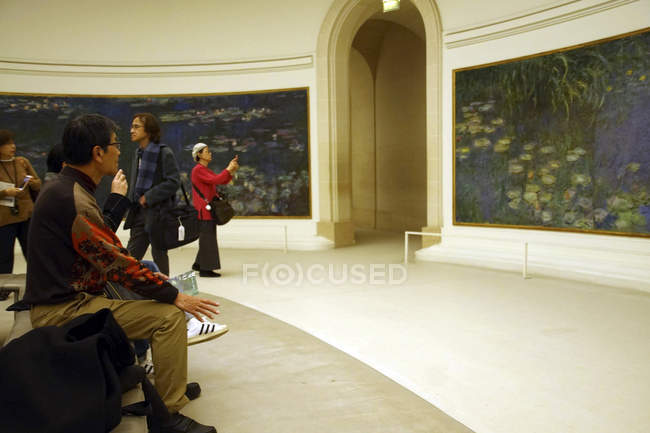 Parigi - 5 dicembre 2018 - visitatori Mostra oli gigante Ninfea di Monet in L'Orangerie Museo, Parigi, Francia — Foto stock