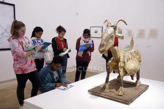 Parigi - 6 dicembre 2018 - studenti sul campo viaggio al Museo Nazionale Picasso, Parigi, Francia — Foto stock