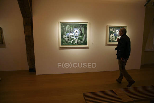 Paris - 6 décembre 2018 - visiteurs examiner les œuvres d'art au Musée National Picasso, Paris, France — Photo de stock
