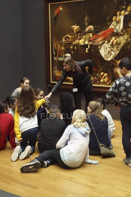 Bambini della scuola di Amsterdam, Paesi Bassi - 14 dicembre 2018 - studiano un dipinto al Museo Rijks, Amsterdam, Paesi Bassi — Foto stock