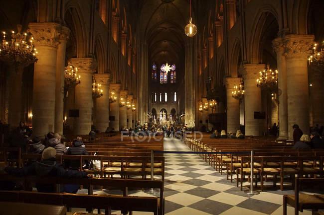 Parigi - 7 dicembre 2018 - gotico vaulting, colonne e lampadari della Cattedrale di Notre Dame, Parigi, Francia — Foto stock