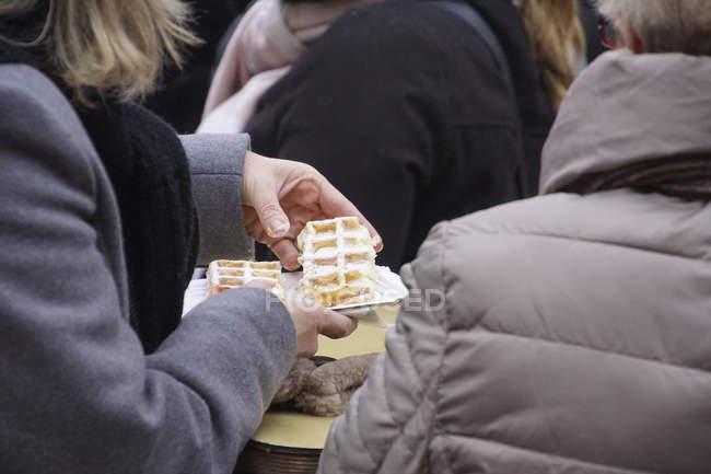 Mangiare una cialda al mercatino di Natale di Colonia, Germania — Foto stock