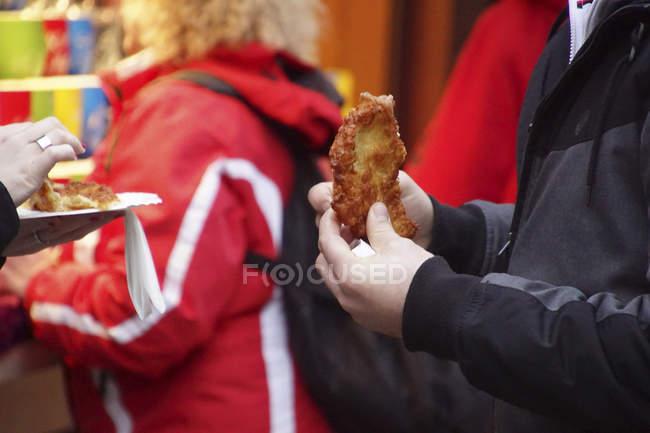 Mangiare patate frittelle al mercatino di Natale di Colonia, Germania — Foto stock