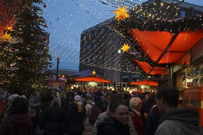 Colonia, Germania - 17 dicembre 2018 - visitatori in prima serata esplorare il mercatino di Natale, Colonia, Germania — Foto stock
