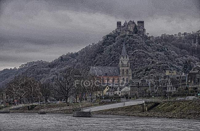 Chiesa del villaggio con il castello sulla collina, fiume Reno in Germania — Foto stock
