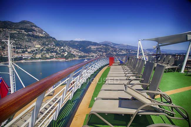 Terrazza solarium di una nave da crociera ancorata nel porto di Monte Carlo, Monaco — Foto stock