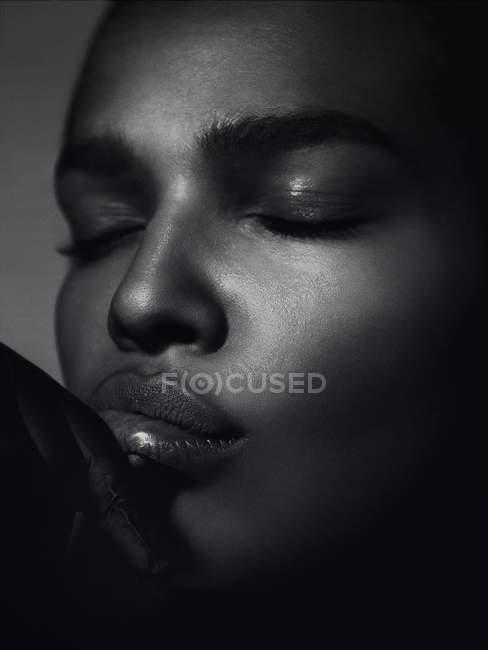 Porträt Frau mit geschlossenen Augen — Stockfoto