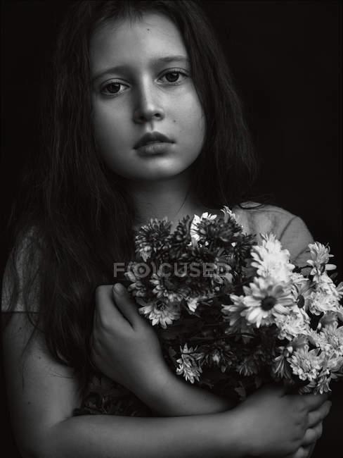 Ragazza che tiene mazzo di fiori in mano — Foto stock