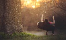 Відпочиваючи на шинах гойдалки дівчина — стокове фото