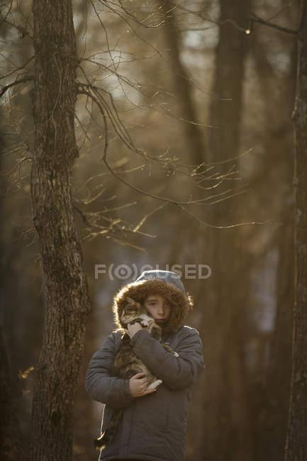 Девочка держит домашнюю кошку — стоковое фото