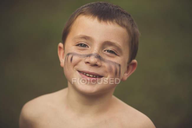 Netter lächelnder Junge — Stockfoto