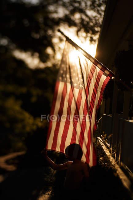 Хлопчик і американський прапор — стокове фото