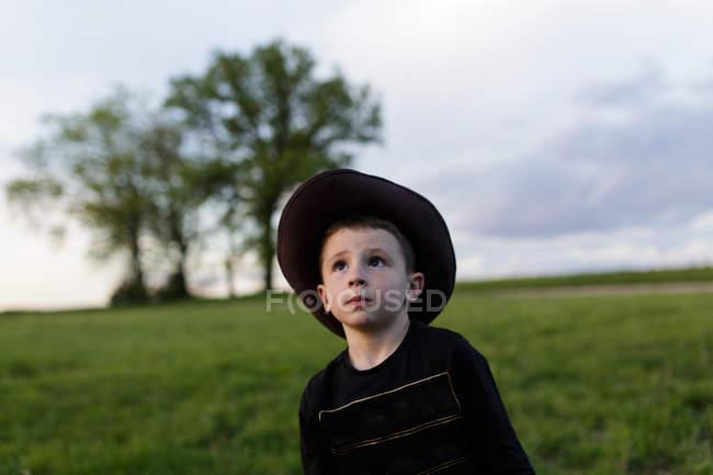 Милый маленький мальчик в шляпе — стоковое фото