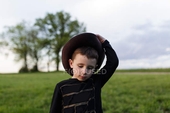 Adorable niño con sombrero — Stock Photo