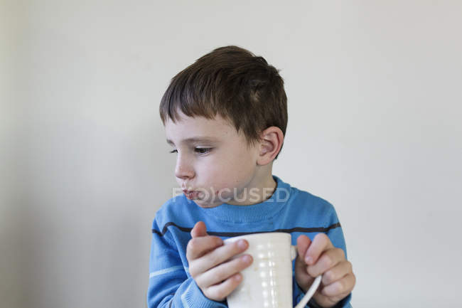 Niño bebiendo de la taza — Stock Photo
