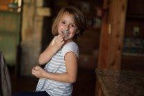 Девушка с голубой глазурью на лице — стоковое фото