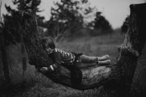 Girl sleeping on the tree trunk — Stock Photo