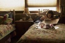 Livro de leitura menina na cama — Fotografia de Stock