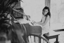Linda chica jugando piano - foto de stock