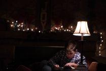 Хлопчик, читаючи книгу про журнальний столик — стокове фото