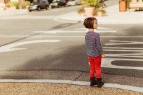Chica dispuesta a cruzar la calle - foto de stock