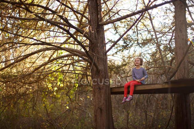 Petite fille dans la forêt — Photo de stock