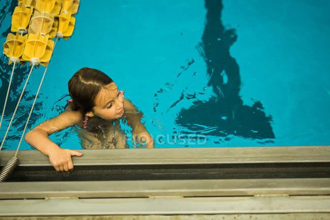 Junges Mädchen im Schwimmbad — Stockfoto