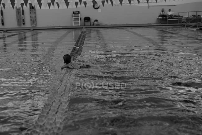 Mädchen, Schwimmen im pool — Stockfoto