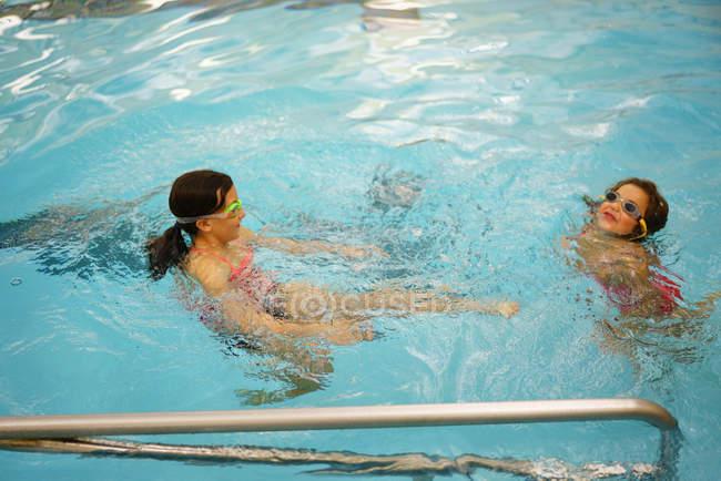 Junges Kind schwimmen im pool — Stockfoto