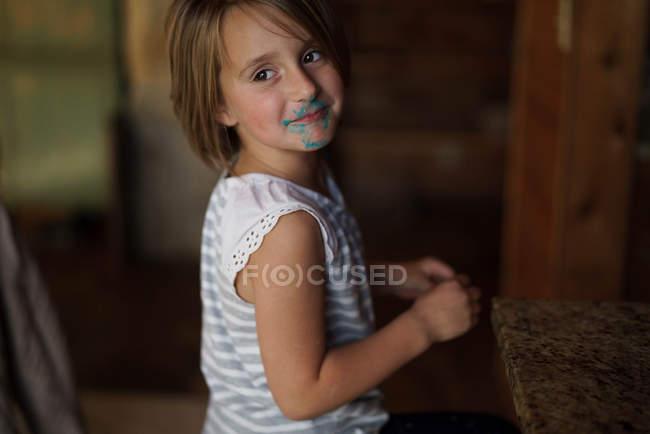 Девушка с зеленой краской на лице — стоковое фото