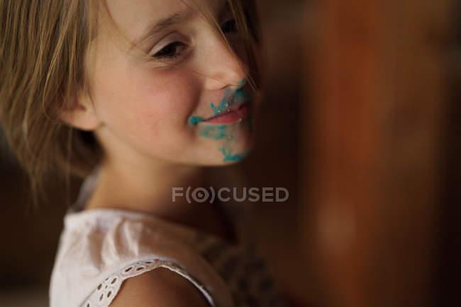 Mädchen mit grüner Farbe im Gesicht — Stockfoto