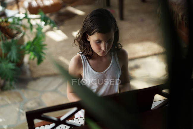 Girl playing piano at home — Stock Photo