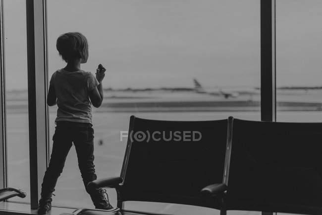 Дівчинка в аеропорту — стокове фото