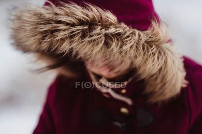 Bambina in cappuccio rosso nascondendo il viso — Foto stock