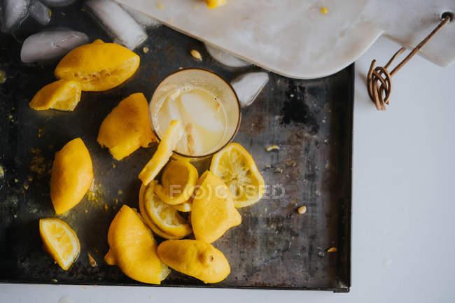 Прямо над вид скла лимонад на лоток з інгредієнтами — стокове фото