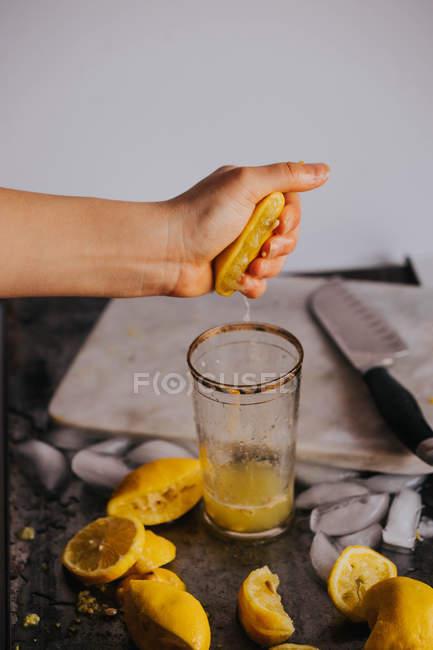 Ernte Faust Saft frische Zitrone im Glas — Stockfoto