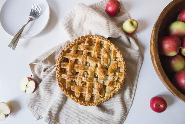 Apple pie and fresh apples — Stock Photo