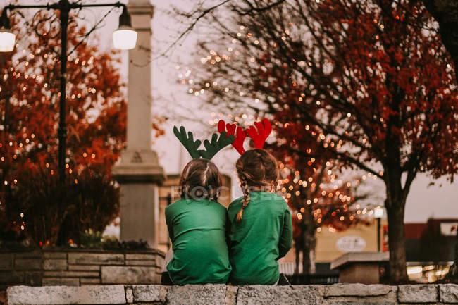 Chicas lindas en las vendas de las cornamentas de los festivos - foto de stock