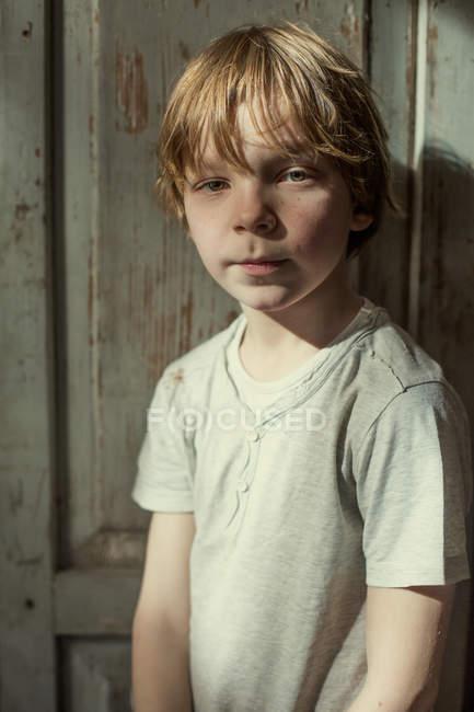 Gengibre menino olhando para a câmera — Fotografia de Stock
