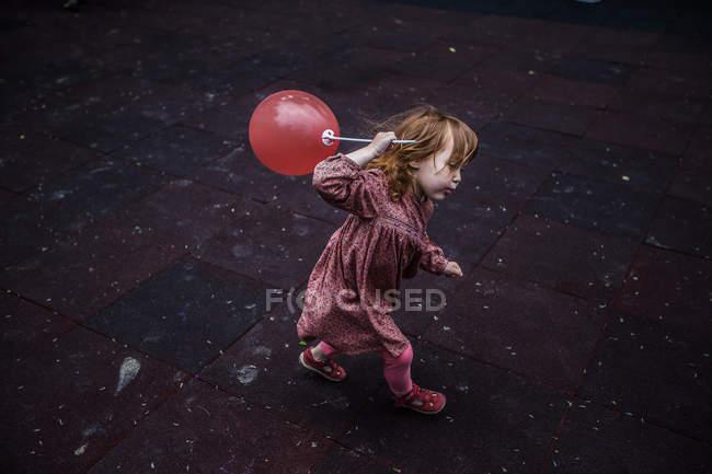 Девочка ходит с воздушным шаром — стоковое фото