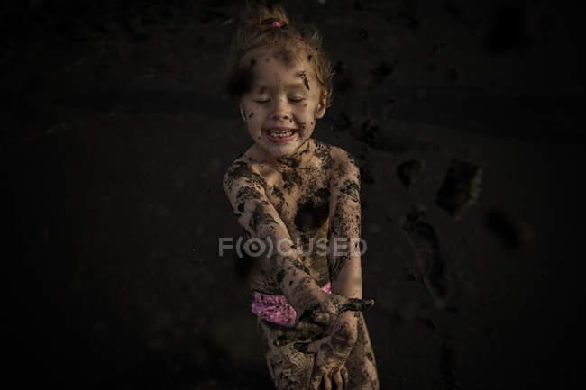Девушка испачкана песком — стоковое фото