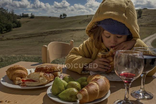Mangiare croissant ragazza — Foto stock