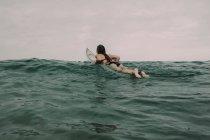 Серфер з дошки для серфінгу в океані — стокове фото