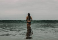 Женщина сталкивается с волнами — стоковое фото