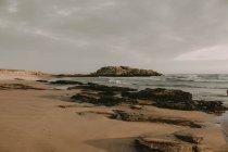 Rivage rocheux avec plage de sable — Photo de stock