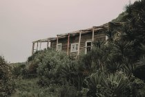 Cabana abandonada na costa — Fotografia de Stock