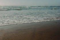 Морские волны на побережье — стоковое фото