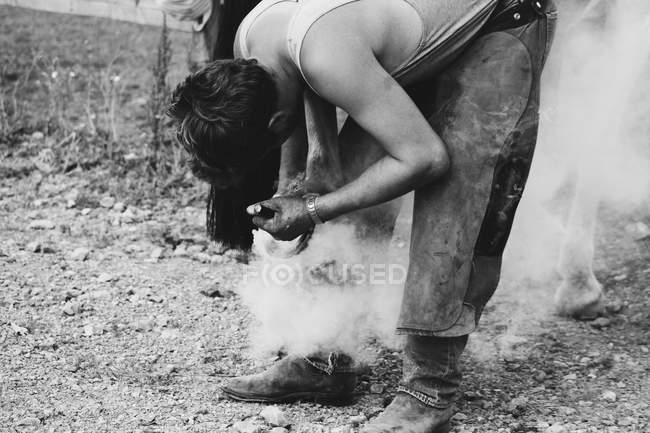 Verdadeiro tiro de ferreiro a sapatear o cavalo — Fotografia de Stock