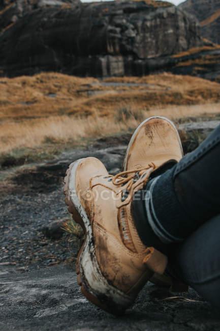 Hiker, отдыхая во время путешествия в горах — стоковое фото