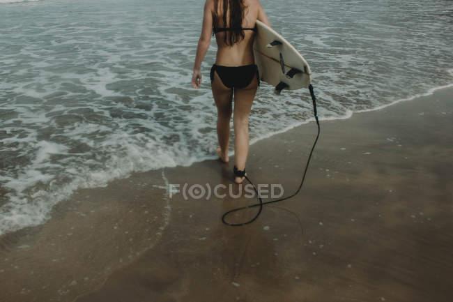 Menina com prancha pronta para navegar — Fotografia de Stock